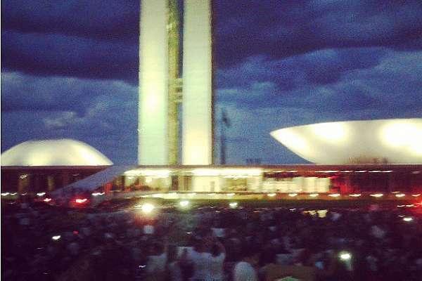 Manifestantes invadem o Congresso Nacional em Brasília. Um cordão policial contêm o bloco. Foto da usuária do Instagram polyannanoe