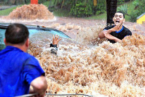 Resgate: Thiago Mendes Joazeiro (direita), tenta resgatar a motociclista Gisele Cristina. São José do Rio Preto, SP, 07/10/2009. Foto: Sidnei Costa/Divulgação