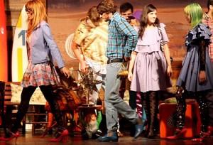 Sommer levou cores do arco-íris para o palco da Vila Country (Foto: Ernesto Rodrigues/AE)