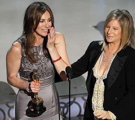 Kathryn recebe troféu de Barbra Streisand. Foto: Gary Hershorn/Reuters