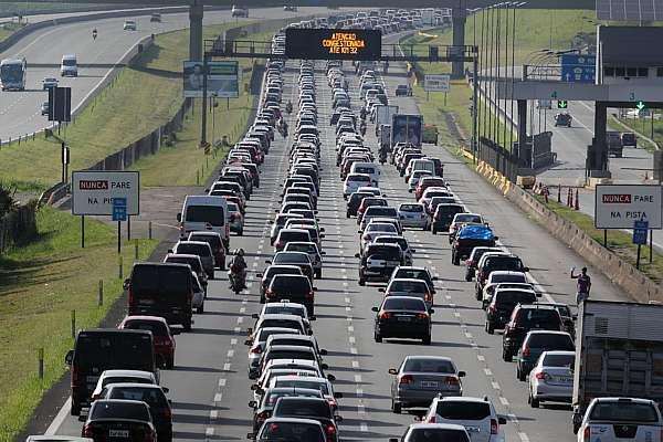 Congestionamento na Imigrantes (km 23 ao km 32), rumo ao litoral sul. Crédito: Sergio Castro/Estadão