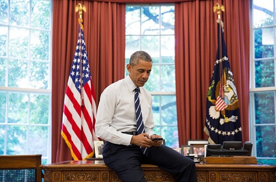O presidente dos EUA, Barack Obama, publica uma mensagem na conta @POTUS, no Twitter, do Salão Oval da Casa Branca (Foto: Reprodução/Instagram)