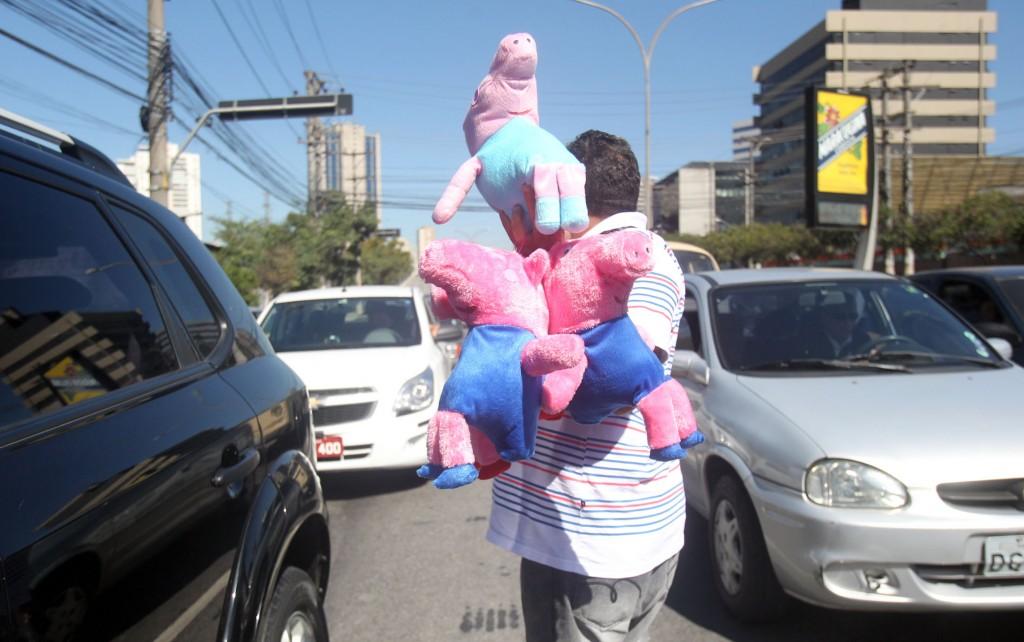 Brinquedo é vendido em meio ao trânsito de São Paulo. Foto: Werther Santana/Estadão