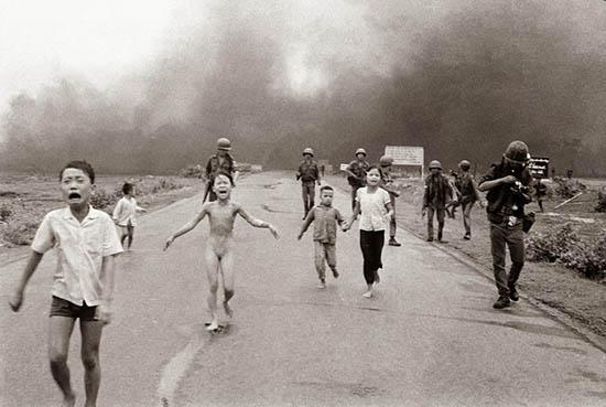 Terror na Guerra do Vietnã, 1972. A fotografia foi cortada para publicação para não mostrar o fotógrafo trocando filme na máquina. Foto de Nick Ut.