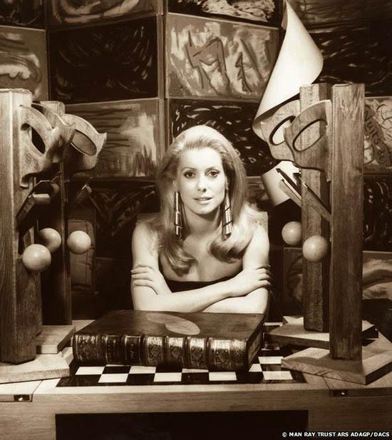 Catherine Deneuve, 1968. Foto Man Ray.