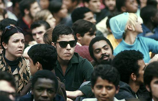 Chico Buarque e Gilberto Gil participam da passeata dos cem mil no Rio de Janeiro em 26/06/1968. Foto David Drew Zingg/IMS