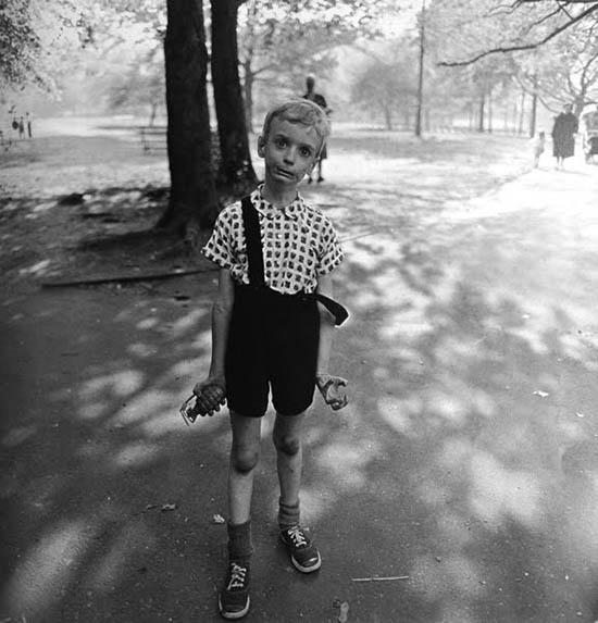 Criança no Central Park em Nova Iorque, 1962. Foto Diane Arbus.