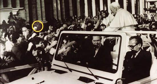 O círculo amarelo mostra a arma usada no atentado ao Papa João Paulo II no Vaticano em 1981. Autor desconhecido.