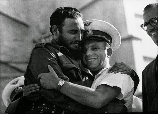 Fidel Castro abraça o astronauta Yuri Gararin em Havana, 26/06/1961. Autor desconhecido.